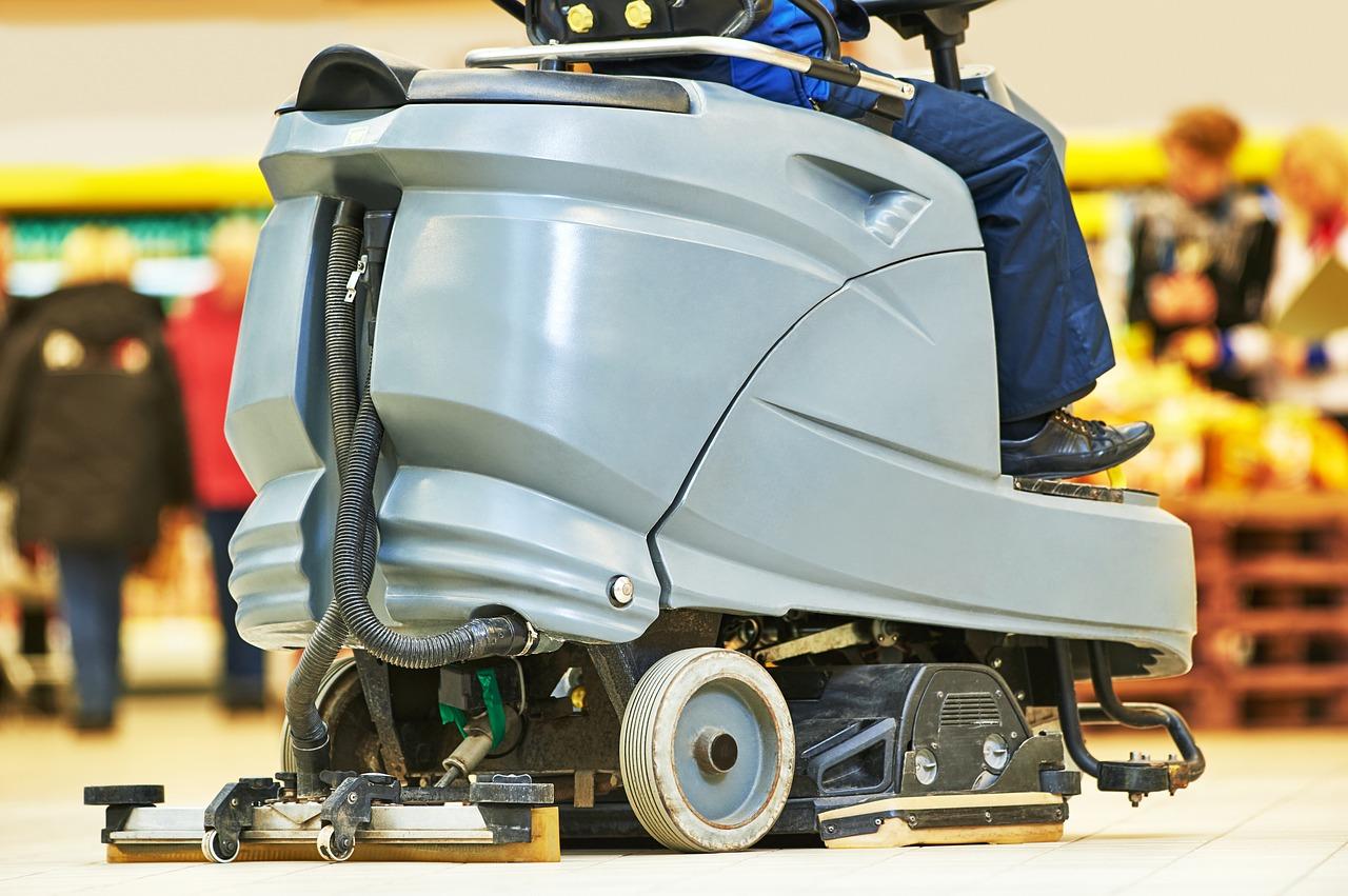 Czyszczenie dużych powierzchni maszynami do posadzek